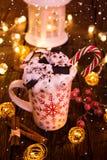 Чашка рождества с горячим шоколадом и взбитой сливк стоковые изображения