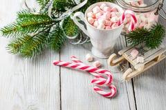 Чашка рождества с малыми зефирами и тросточками конфеты Стоковая Фотография RF
