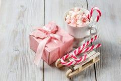 Чашка рождества с малыми зефирами и тросточками конфеты Стоковое Изображение RF