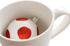 чашка рождества шарика стоковое изображение rf