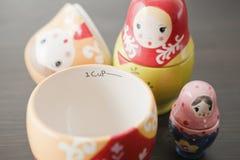 Чашка русской куклы вложенности измеряя Стоковые Изображения RF