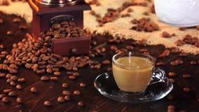 Чашка свежего кофе с молоком для замедленного движения завтрака сток-видео