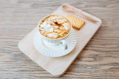 Чашка свежего latte карамельки с взбитой сливк, Стоковое Изображение RF