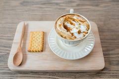 Чашка свежего latte карамельки с взбитой сливк, Стоковое фото RF