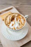 Чашка свежего latte карамельки с взбитой сливк, Стоковая Фотография RF