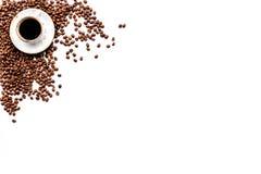 Чашка свеже заваренного склонного к полноте кофе на белом copyspace взгляда столешницы польза кофе предпосылки готовая Стоковые Фото