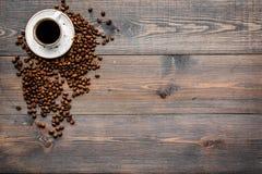 Чашка свеже заваренного склонного к полноте кофе на темном copyspace взгляд сверху деревянного стола польза кофе предпосылки гото Стоковые Изображения