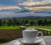 чашка силуэта кофе latte с точкой зрения на горе в por Фудзи PA Phu на Loei, провинции Loei, mounta Таиланда Фудзи стоковое фото