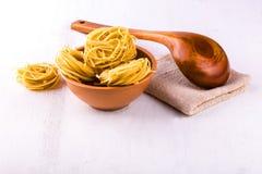 Чашка спагетти и деревянной ложки Стоковые Изображения