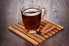 Чашка с горячими ручками чая и циннамона Стоковые Фотографии RF