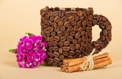 Чашка сделанная от зерен кофе Стоковые Фотографии RF