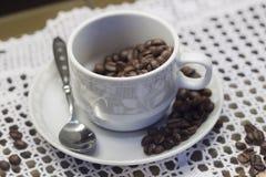 Чашка с кофейными зернами Стоковое фото RF