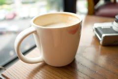 Чашка с кофе имеет поцелуй губной помады на чашке и имеет ретро кулачок Стоковые Фотографии RF