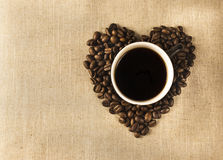 Чашка с кофе и сердцем beanes кофе Стоковое Изображение