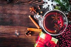 Чашка с рождеством обдумывала вино на деревянном взгляд сверху предпосылки Стоковая Фотография