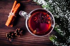 Чашка с рождеством обдумывала вино на деревянном взгляд сверху предпосылки Стоковые Фото