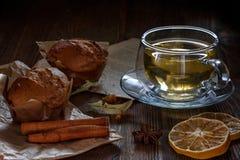Чашка с чаем и пирожными известки стоковые фото