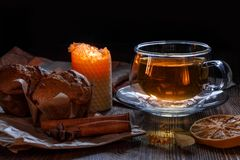 Чашка с чаем и пирожными известки стоковая фотография rf