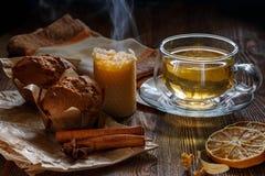 Чашка с чаем и пирожными известки стоковое фото rf