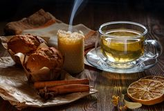 Чашка с чаем и пирожными известки стоковые изображения