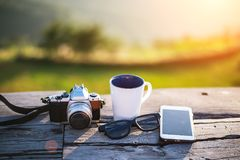 Чашка с чаем на таблице над горами Стоковые Фотографии RF