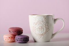 Чашка с macaroons Стоковые Фото