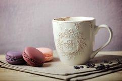 Чашка с macaroons Стоковое Изображение