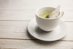 Чашка травяного чая на таблице стоковое фото
