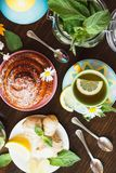 Чашка травяного чая с листьями лимона и мяты, корнем имбиря и испеченным хорошим Стоковая Фотография