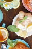 Чашка травяного чая с листьями лимона и мяты, корнем имбиря и круассаном Стоковое Изображение RF