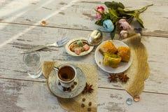 Чашка турецкого кофе и плиты с взгляд сверху бахлавы Стоковые Изображения