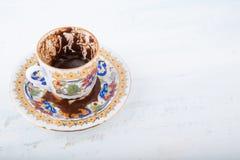 Чашка турецкого кофе, традиционно используя для говорить удачи Стоковая Фотография
