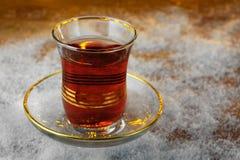 Чашка турецкого чая на поддоннике в зиме на снежной доске Стоковая Фотография RF
