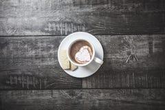 Чашка утра какао с сердцем сформировала плавить зефира стоковая фотография rf