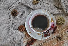 Чашка фарфора черного кофе на деревенской предпосылке с украшением зимы Квадратный формат фото Стоковые Изображения