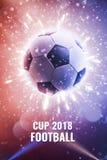 Чашка 2018 Футбольный мяч в мухе Предпосылка футбола с огнем искрится в действии на черноте Футбол предпосылки чемпионата мира стоковая фотография rf