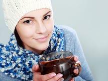 Чашка чаю владением девушки горячая Стоковое Изображение