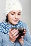 Чашка чаю владением девушки горячая Стоковые Фотографии RF