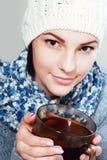 Чашка чаю владением девушки горячая Стоковая Фотография