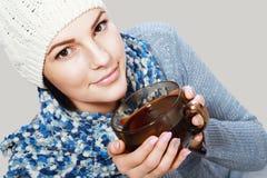 Чашка чаю владением девушки горячая Стоковое Изображение RF