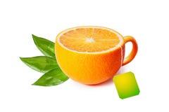 Чашка чаю в форме апельсина изолированного на белизне Стоковые Фотографии RF