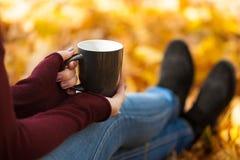 Чашка чаю в woman& x27; руки s во времени осени Стоковые Фотографии RF