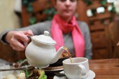 Чашка чаю женщины заполняя Стоковое Изображение RF