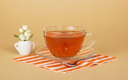 Чашка чаю и жасмин в малой вазе стоковое фото rf