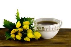 Чашка чаю и желтые тюльпаны на деревянной доске Букет желтых тюльпанов и чашки кофе Стоковые Изображения