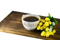 Чашка чаю и желтые тюльпаны на деревянной предпосылке Букет желтых тюльпанов и чашки кофе Стоковое Фото