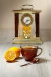 Чашка чаю и лимон на деревянном столе Стоковое Изображение RF