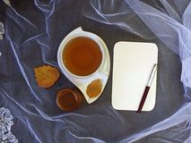 Чашка чаю и лист бумаги Стоковая Фотография RF