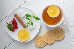 Чашка чаю и на деревянной предпосылке Стоковая Фотография
