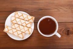 Чашка чаю и печенья в блюде Стоковые Изображения RF